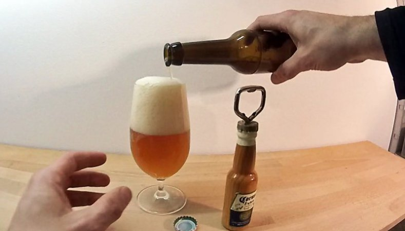 Der große Moment: Die erste selbstgebraute Flasche IPA wird verkostet. Lecker!