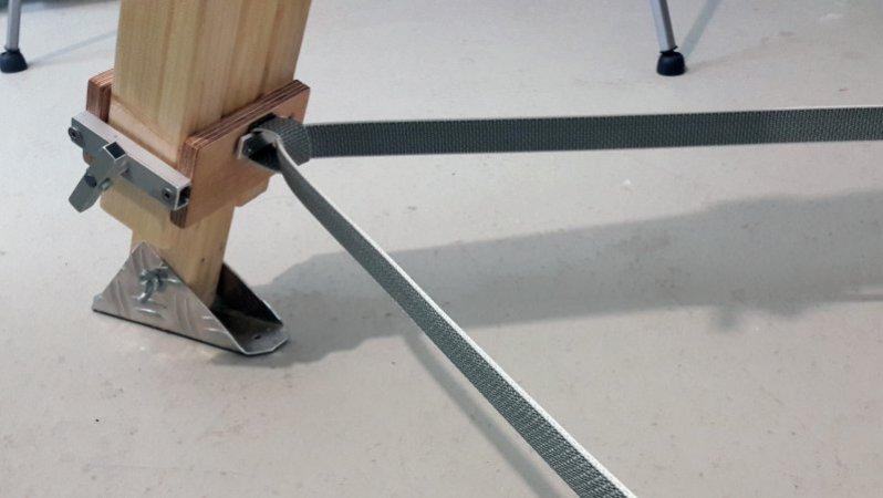 Ein Rolladengurt dient als Sicherung für die Stativbeine