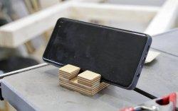 Gegen Dreck auf dem Display hilft sie zwar nicht, dafür ist die DIY-Handy-Halterung superpraktisch