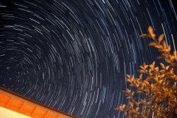 Schön zu sehen: Je näher die Sterne dem Polarstern sind, desto weniger bewegen sie sich auf dem Summenbild aus rund 90 Einzelaufnahmen.